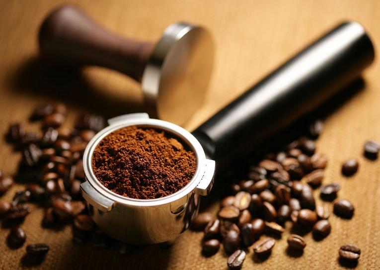 3,使用正确的粉量冲煮咖啡,通常一杯espresso咖啡的理想咖啡粉用量为7